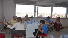 Ünlü halk ozanı Gençlik Merkezinde bağlama eğitimi veriyor