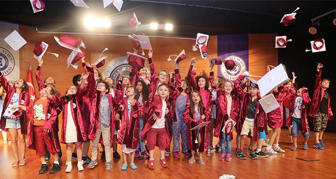 İAÜ Çocuk Üniversitesi'nde mezuniyet heyecanı