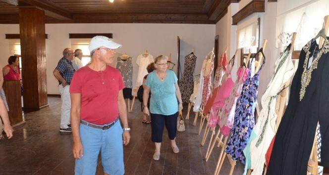 Kuşadası'nda otantik kıyafet ve karma resim sergisi açıldı