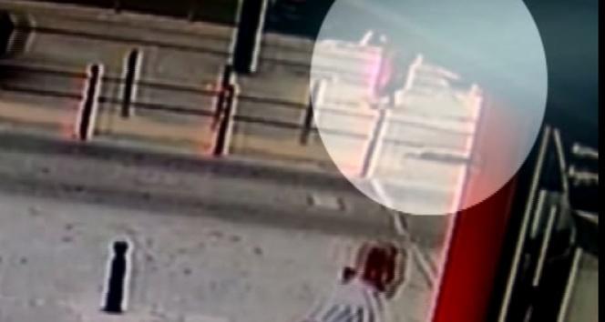 İstanbul Sultangazi'de yolun karşısına geçmeye çalışan kadına tramvay çarptı. Tramvayın altında yaklaşık 5 metre kadar sürüklenen kadının yardımına çevredeki vatandaşlar yetişti. ile ilgili görsel sonucu