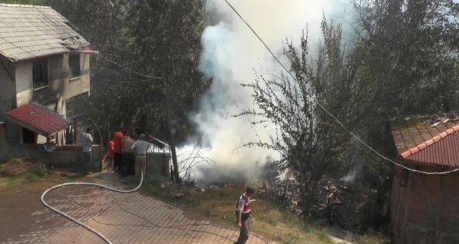 Bartın'da iki katlı ahşap ev yangında kül oldu