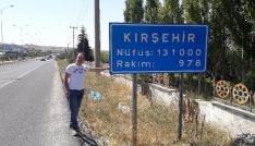 Kırşehirli gurbetçi memleketinin tabelası önünde şükür duası yaptı