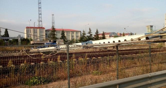 Sondaj makinesi hızlı tren yoluna devrildi