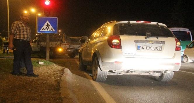Kırmızı ışıkta duramayan kamyonet, iki otomobile çarptı