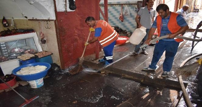 Artuklu Belediyesi sokakları temizliyor