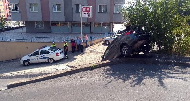 El freni boşalan otomobil duvardan aşağı uçtu