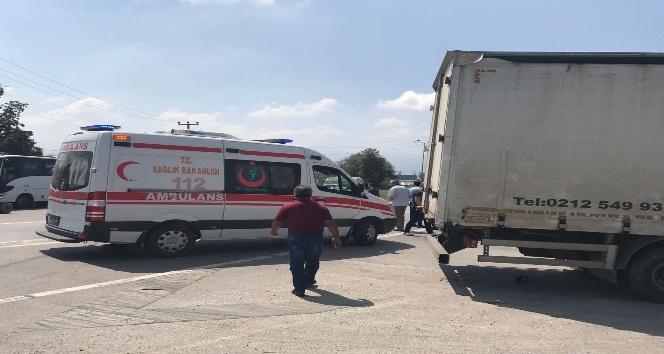 Sakarya'da motosiklet, tırın altında kaldı: 1 yaralı