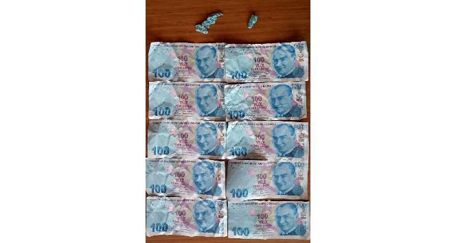 Polisi görünce sahte parayı yutmak istedi