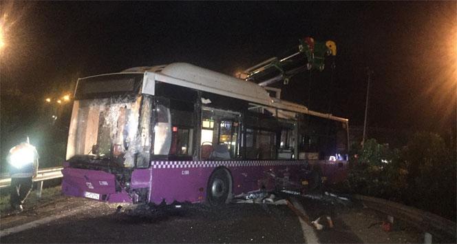 Virajı alamayan halk otobüsü yola savruldu
