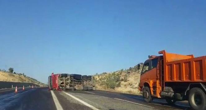Devrilen yakıt tankerinden tonlarca mazot yola aktı