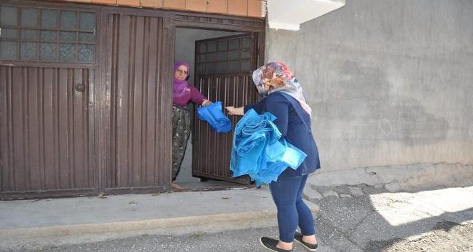 Belediye personeli, kapı kapı dolaşıp çöp poşeti dağıtıyor