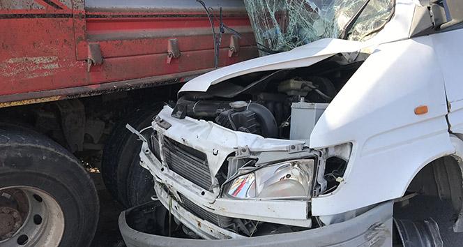Minibüs, emniyet şeridindeki kamyona ok gibi saplandı: 4 yaralı