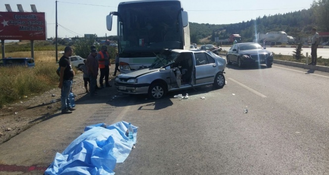 Manisada otomobil ile otobüs çarpıştı: 2 ölü