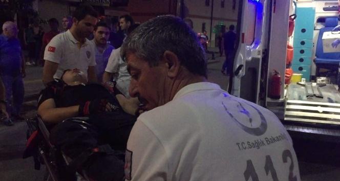 Kavgayı ayırmak isteyen polise kemerle saldırdı