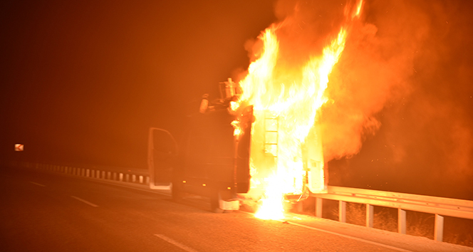 Adanada seyir halindeki mobil araç alev alev yandı