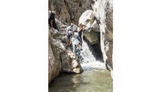 Zinav Kanyonunda şelaleden atlamak için birbirleriyle yarıştılar