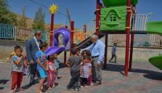 Hakkaride iki okulun bahçesine çocuk parkı kuruldu