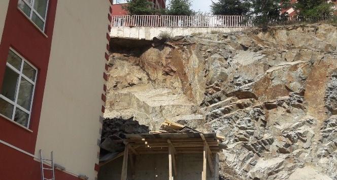 Gümüşhane'de kaya düşmesi