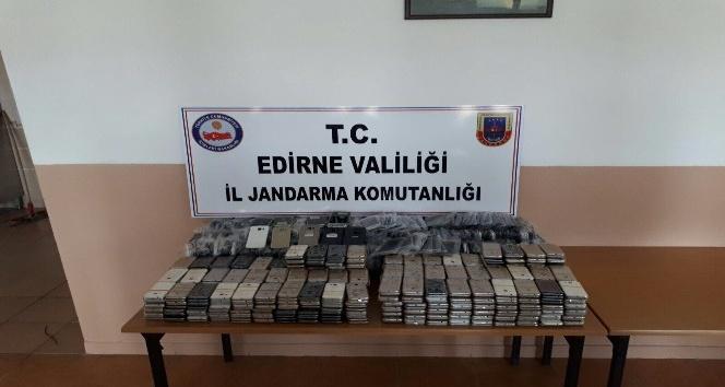 Edirnede 750 bin TLlik kaçak cep telefonu ele geçirildi