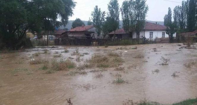 Şiddetli yağış Altıntaşın köylerinde etkili oldu