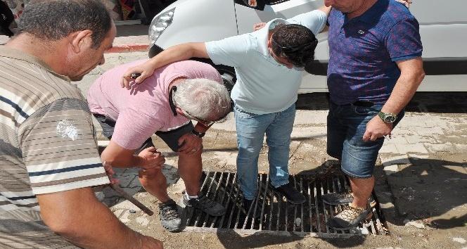 Ayağı mazgala sıkışan şahsın yardımına vatandaş koştu