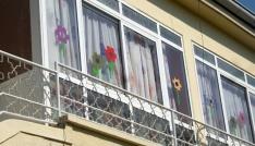 Serviste can veren Alperenin okulunun camlarını indirdiler