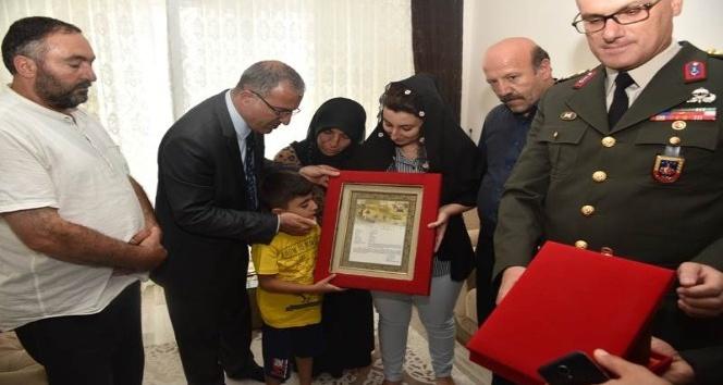Şehit askerin Şehadet Belgesi ailesine takdim edildi