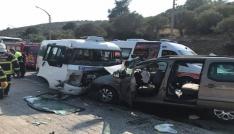 Kuşadasında dolmuş ile minibüs çarpıştı: 8i turist 16 yaralı