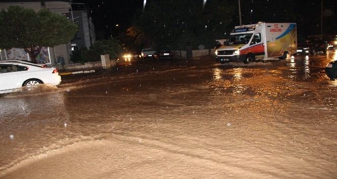 Denizlide sağanak yağış vatandaşlara ve sürücülere zor anlar yaşattı