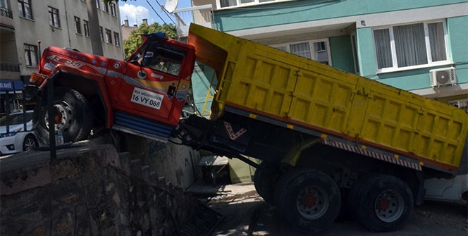 Bursa'da freni boşalan kamyon dehşet saçtı!