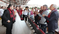 Düğünleri biter bitmez soluğu stadyumda aldılar
