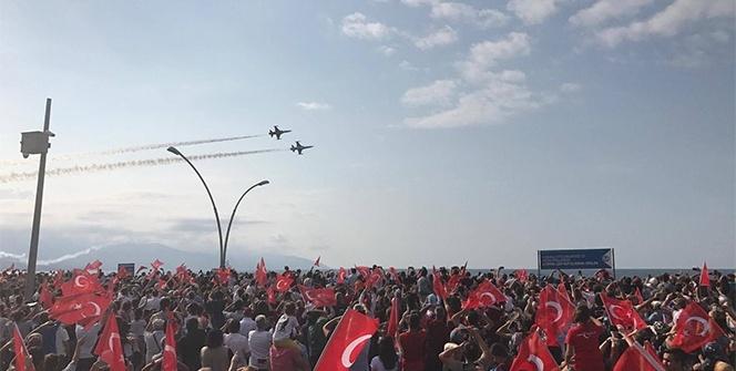 Türk Yıldızları Trabzon'da şehit Eren Bülbül için uçtu