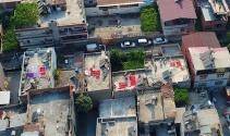 Adana'da evlerin damları kırmızıya boyandı