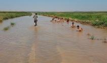 Şanlıurfada çocuklar asfaltta yüzüyor