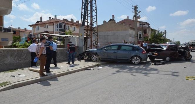 Kaza yapan otomobillerden biri kaldırımdaki yaşlı kadını ezdi