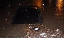 Otomobiller sular altında kaldı