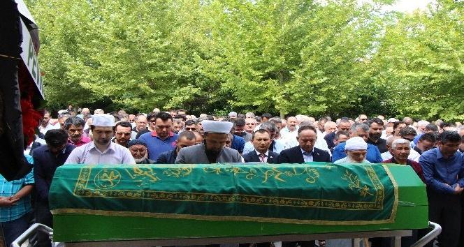 Babasının mezarı başında intihar eski sendikacının cenaze namazını oğlu kıldırdı