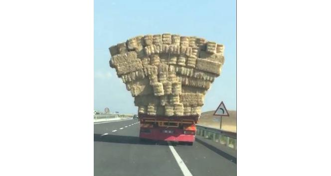 Saman balyaları yüklü kamyonun tehlikeli yolculuğu