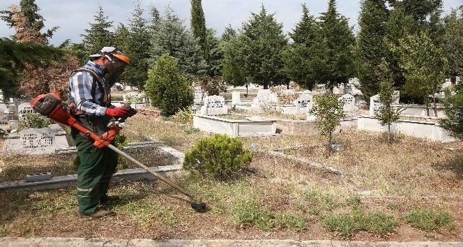 Kırklareli'nde mezarlıklar bayrama hazır