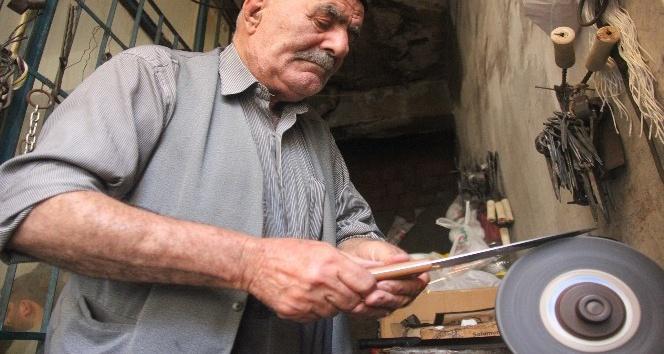 83 yaşındaki bıçak bileme ustası, hala mesleğini devam ettiriyor