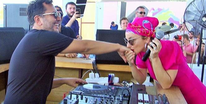 Gülşen, sahnede kocasının elini öpüp bayramını kutladı