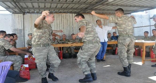 Kalekoldaki askerlere bayram sürprizi
