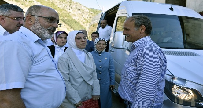 AK Parti heyetinden şehit öğretmenin ailesine bayram ziyareti