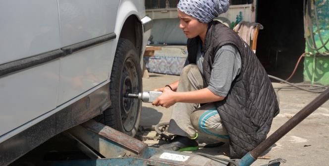 16 yaşındaki kız hem okuyor hem de babasının yanında lastik tamirciliği yapıyor