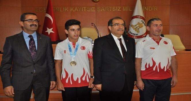 Vali Demir'den Uşaklı Avrupa şampiyonu Mehmet Çelik'e  ödül