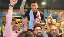 Trabzonspor taraftarı Sosa ve Volkan Şen'i omuzlarına aldı