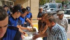 Çankırıda zabıta ekipleri vatandaşa helva dağıttı