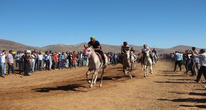 Karlıova'da geleneksel at yarışları