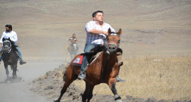 Ardahan'da 3'üncü Doğu Anadolu At Yarışları yapıldı