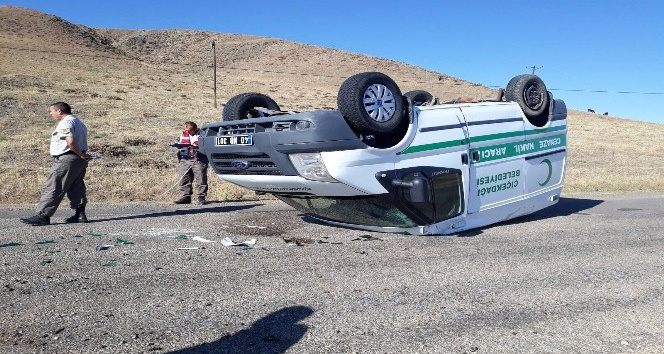 Cenaze nakil aracı ile otomobil çarpıştı 1 yaralı